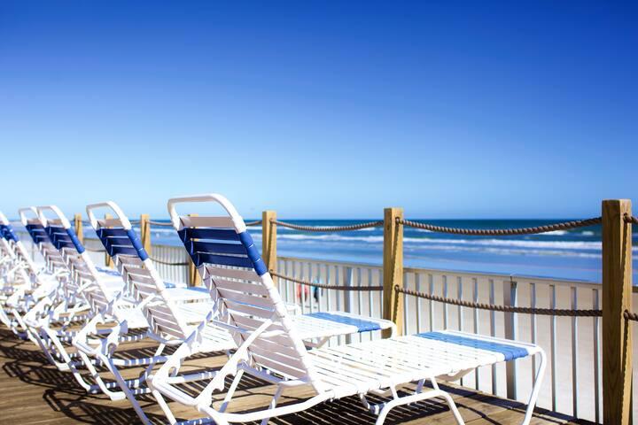 ★Modern Comfort★ Ground floor steps to beach/pool.