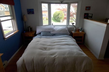 Quiet and private. Queen bed, attached bathroom. - 사우스 킹스타운(South Kingstown)