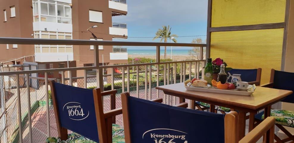 Desayuna en tu terraza sintiendo el sonido de las olas.