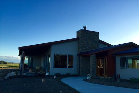 New Sunny, Warm & homely Farm Stay - Omakau - Bed & Breakfast