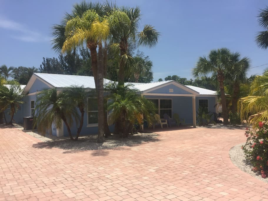 Large 2 bedroom villa located on Siesta Key - walking distance to the beach, shops, restaurants & bars.