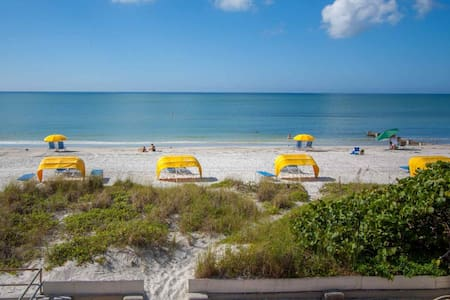 Huge House with Beachfront Patio! Vacation for the Entire Family. - Madeira Beach