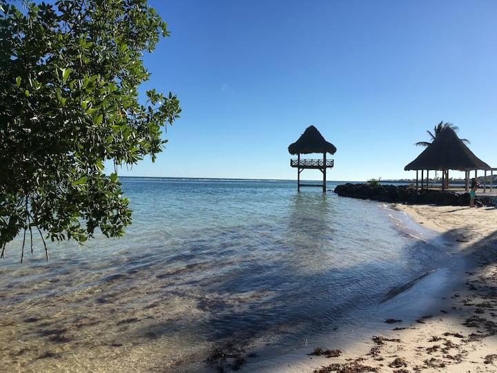 Walk to beach, security and quietness - 1 bedroom