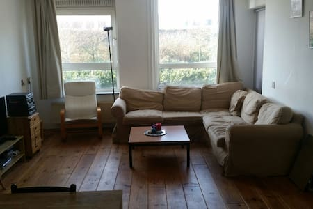 Cozy room in spacious appartment - アムステルダム - アパート