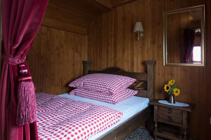 nostalgic circustrailer on farm close to airport - Freienstein-Teufen - Bed & Breakfast