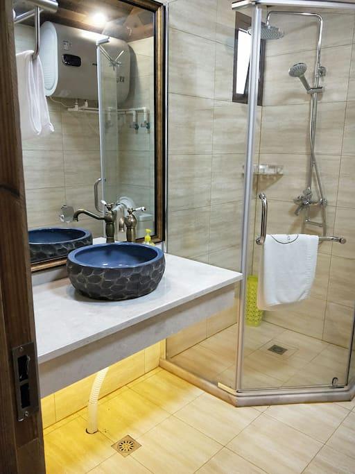 洗手间洗发水沐浴露护发素毛巾等一应俱全。