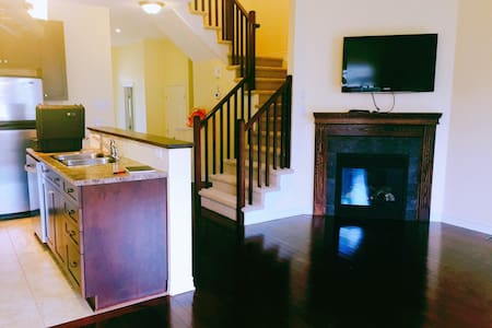 Beautiful, Specious Townhouse located Golf-course