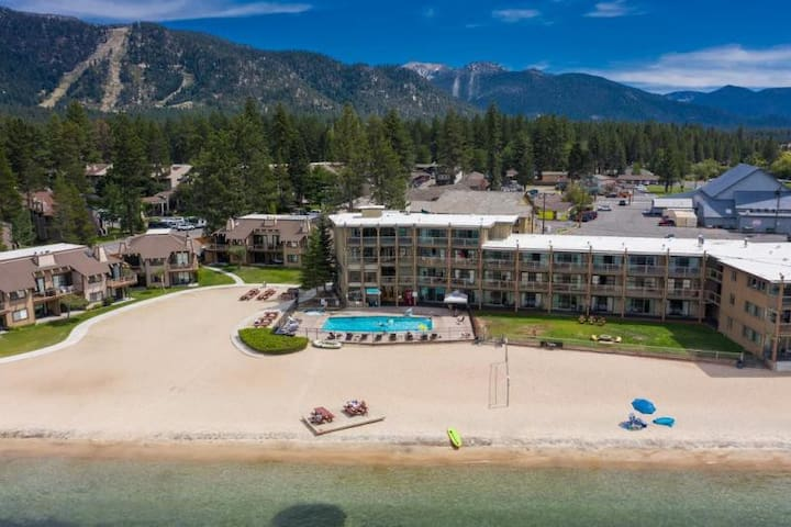 EXQUISITE LAKESIDE QUEEN UNIT, POOL, BEACH