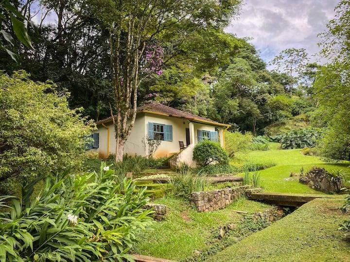 Casa com exuberante cachoeira particular em SFX