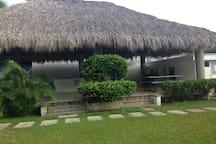 Jardín en área común del condominio