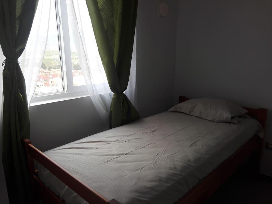 Habitación con cama de 1 plaza con closet personal.