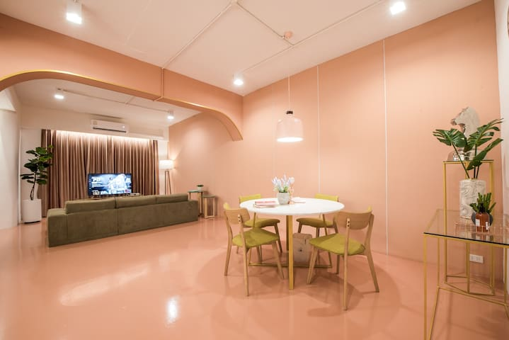 PL12 ★PINK★3BD, spacious living - 1min to Platinum