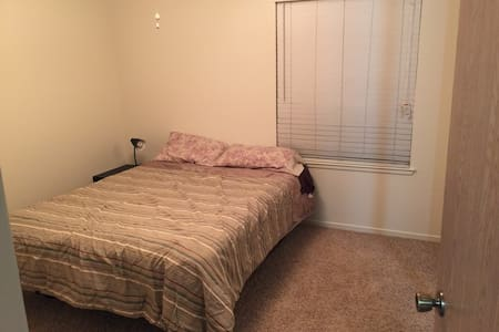 Quiet, Comfy, and Private Room/Bath - Merced - Townhouse