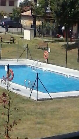 se alquila apartamento con piscina en prellezo