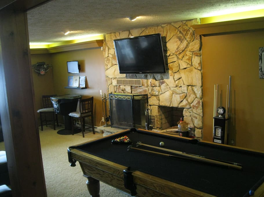GAMESROOM POOL TABLE FIREPLACE AND BIG SCREEN