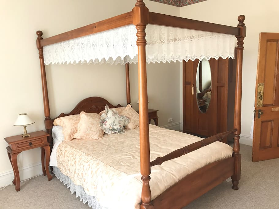Queen four poster bed