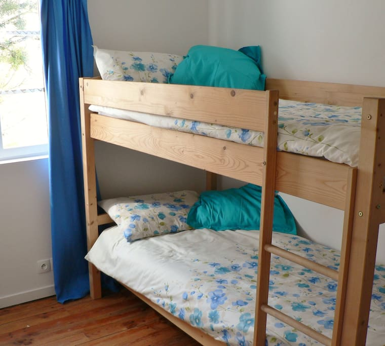 Children's bedroom - bunk beds, additional bed can be added if needed