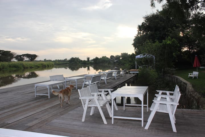 Riverside Escape 1BR include breakfast & boat ride - Ban Sang - Boutique-hotell