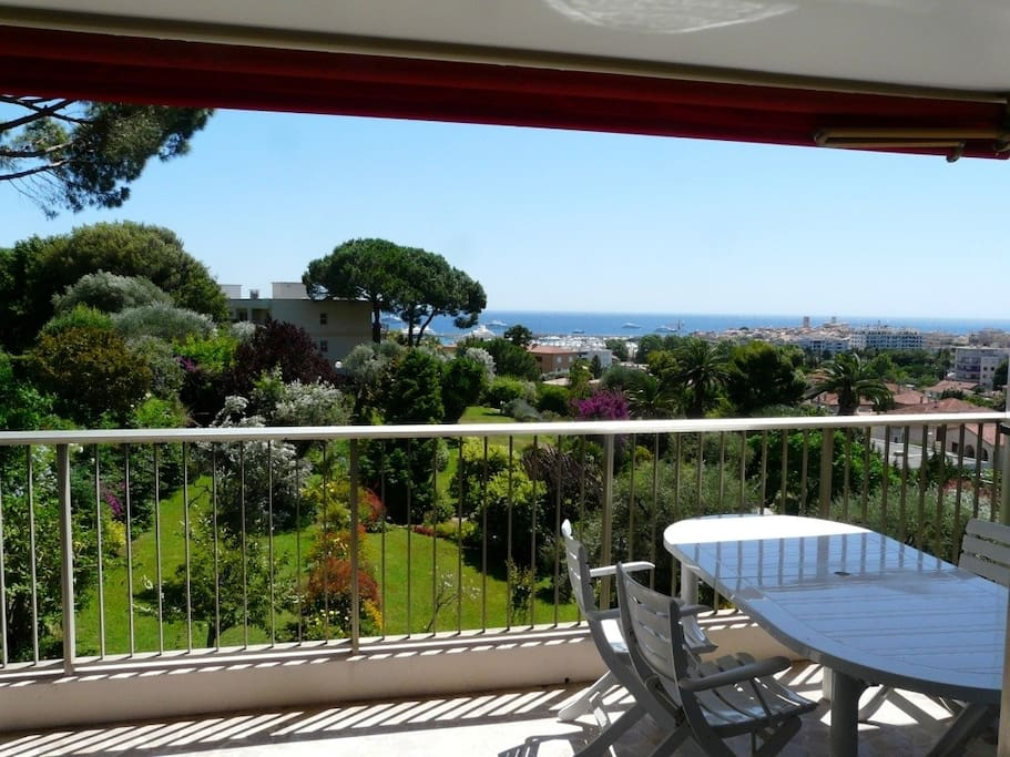 grand 3 pi ces sur jardin et vue mer apartments for rent in antibes provence alpes c te d. Black Bedroom Furniture Sets. Home Design Ideas