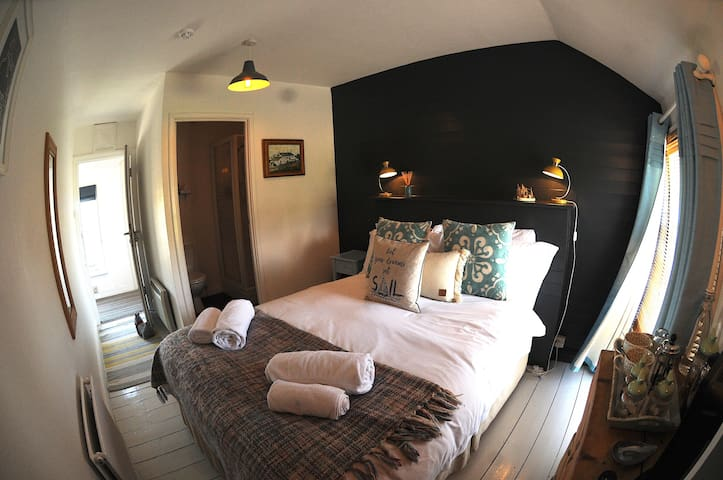R1 - A cosy room in one of Cornwalls oldest Inns