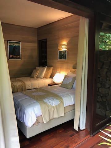 Chambre N°2 avec ses deux lits simple , super confortable avec literie haut de gamme , climatisée , duvets pour les nuits fraiches