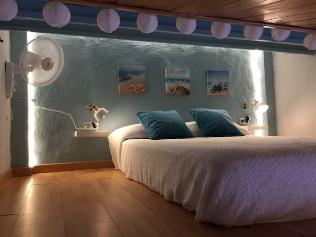 La cama de matrimonio está en el altillo y se accede por la escalera de madera, además del aire acondicionado hay un ventilador para hacer muy confortable el sueño.
