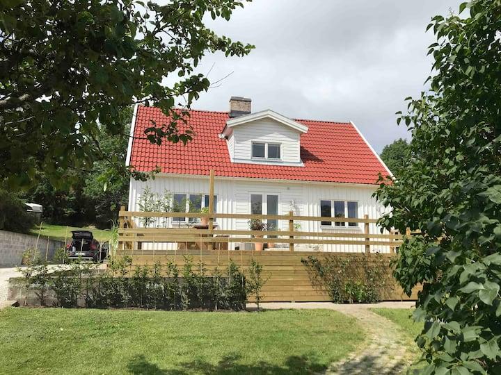 Eget hus i Båstad, fritt läge nära hav och centrum