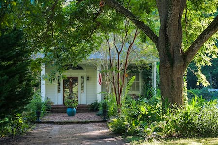 Southern-style home, just a short walk to downtown - Natchez - Ev