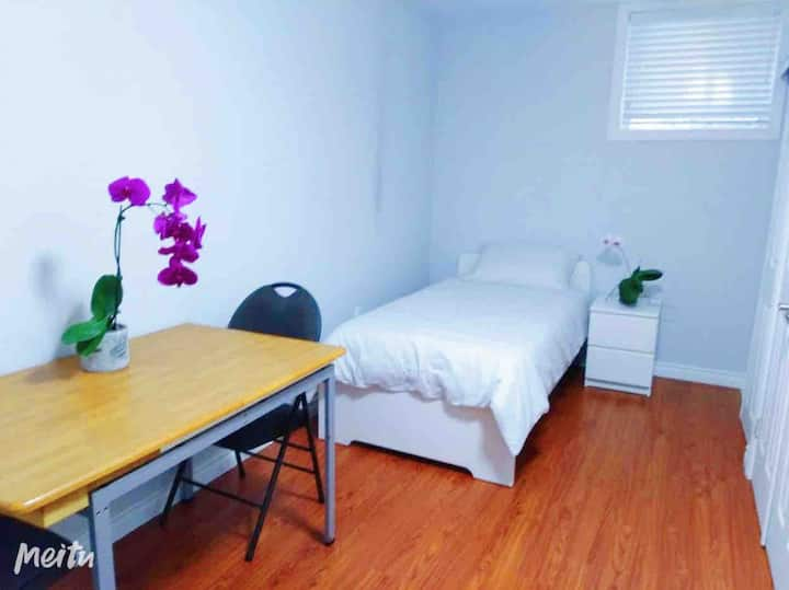 Comfy & Clean Room -Little Italy :)