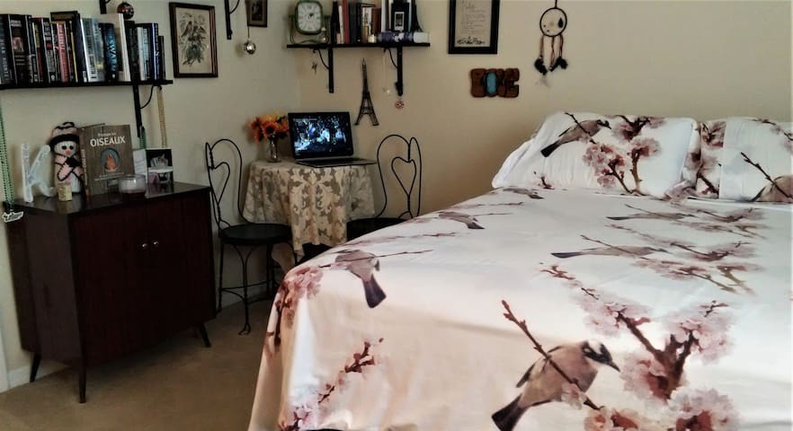 Mini Master Suite with Queen bed right off I-75.