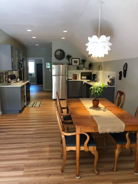 **Happy Hour! Gorgeous & Modern Downtown Retreat**