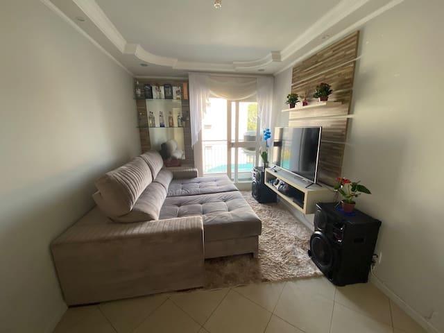 Apartamento com quarto disponível