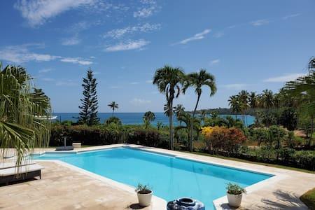 Paradise Villa -Relaxing Luxury Beach Front Villa