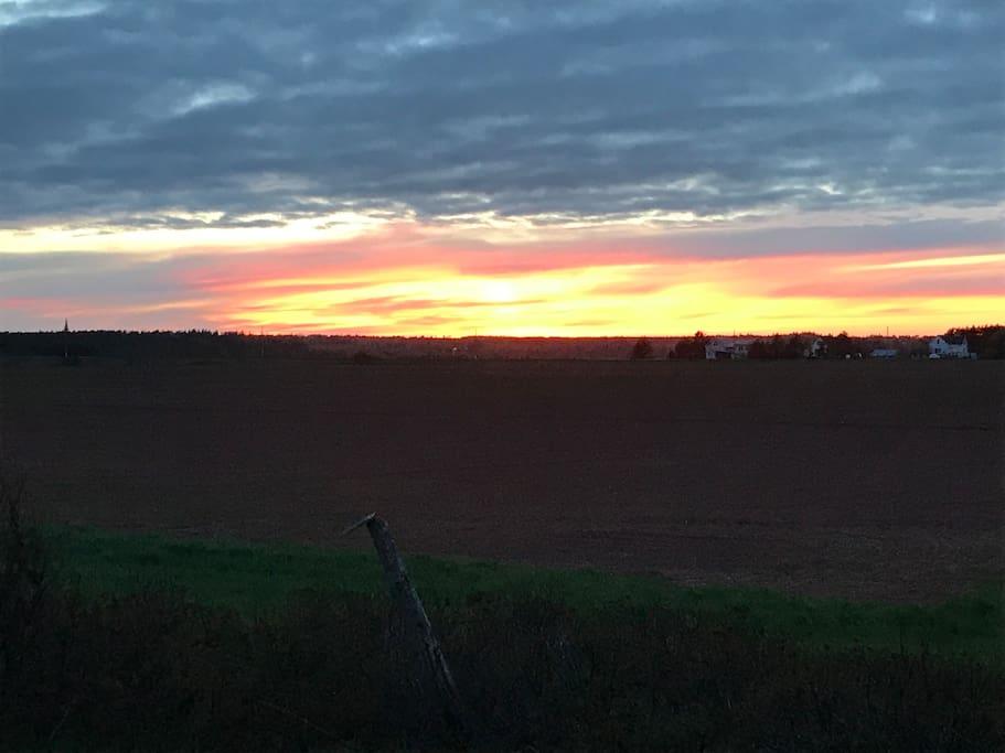 Sunset from the back deck / Coucher de soleil vu de la terrasse arrière