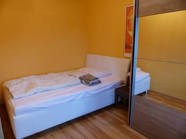 Zimmer 1  Bett 140x200