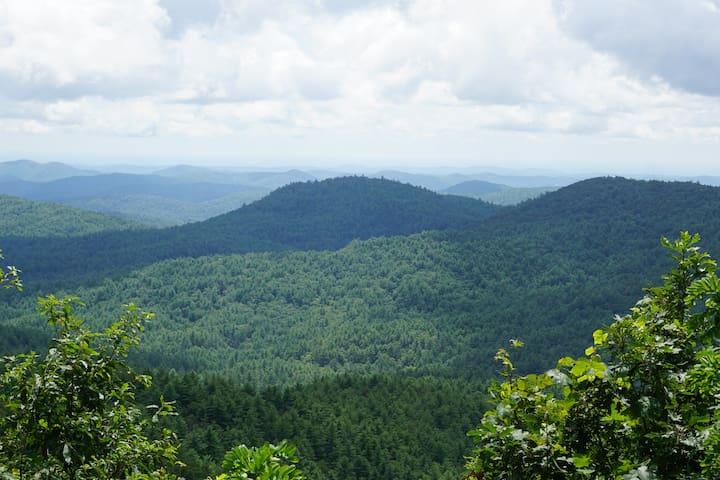 Mountain home on 5 acres, sleeps 10