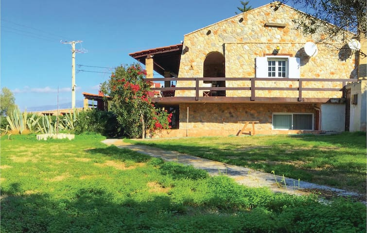 Holiday cottage with 4 bedrooms on 180m² in Alepochori
