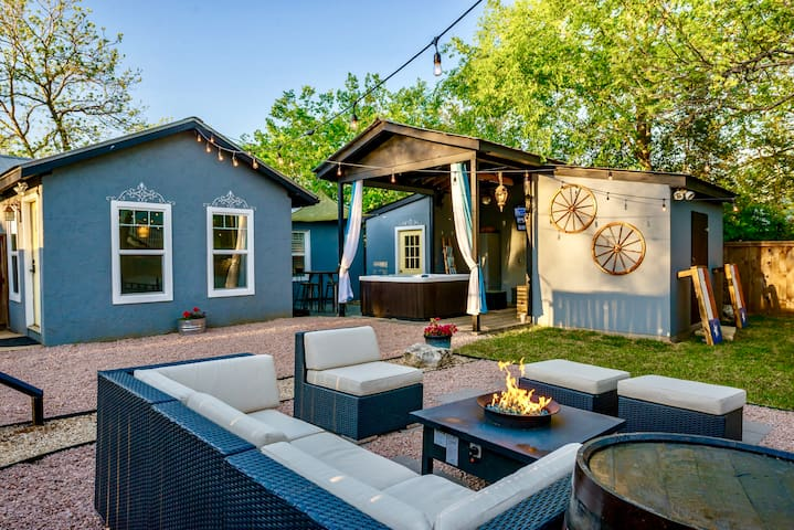 Grand Retreat-2 houses, shared gate, 2 hot tubs!