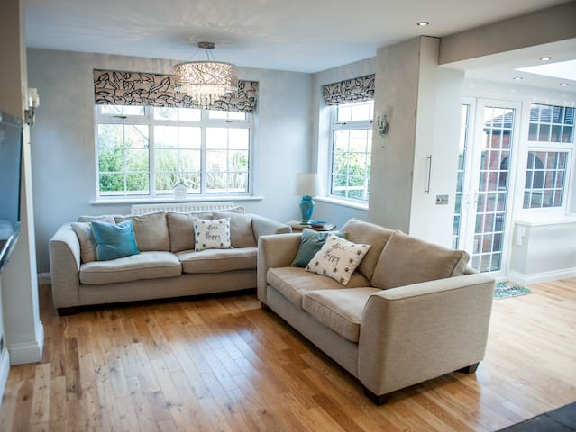 Oasis for 4 with hot tub close to city centre