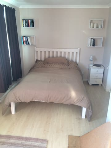 Double bedroom, En-suite, Free Wifi - Chippenham - Huis
