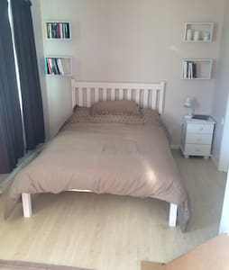 Double bedroom, En-suite, Free Wifi - Chippenham - บ้าน