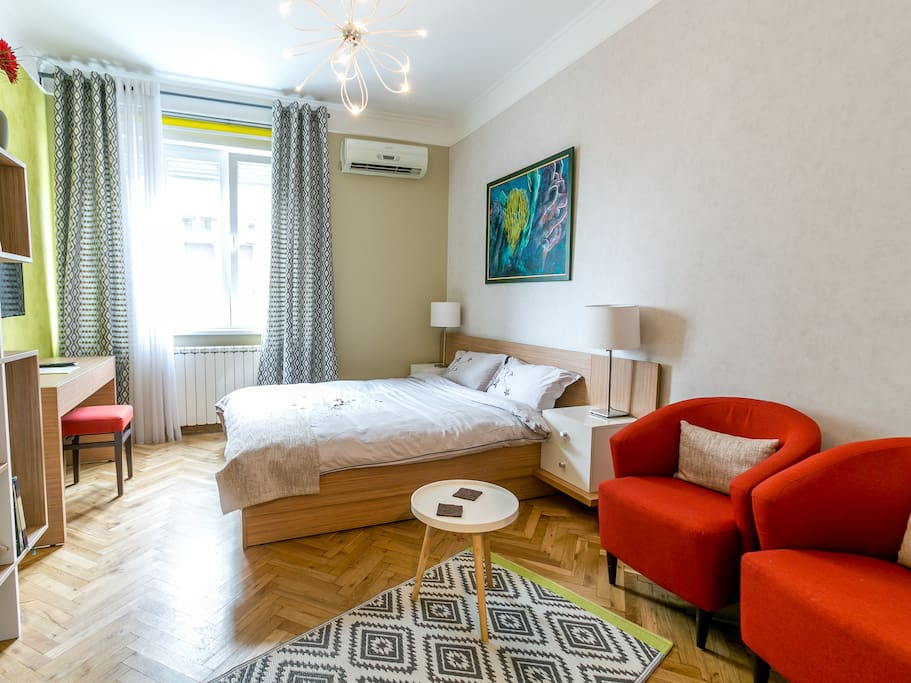 This is a 23 sq m studio apartment with one queen size bed
