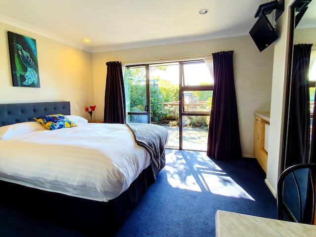 Te Mahuru Retreat Kaikoura- Room 5 with Hot Tub