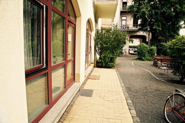 Perfekte Lage-Karli mit grünem Innenhof+Grillplatz