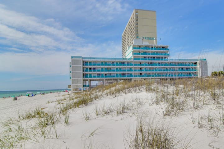 Beachfront studio w/ a shared pool & beautiful Gulf views! Snowbird-friendly!