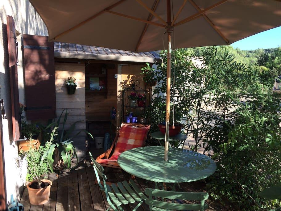 La terrasse (grill électrique à disposition dans l'abri de jardin)