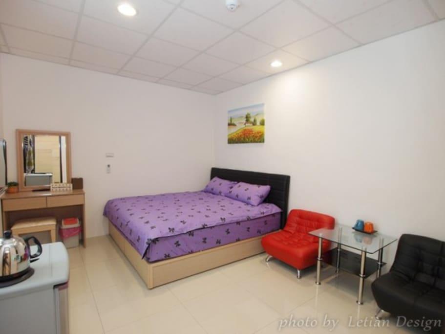 雙人大套房-加大雙人床,獨立衛浴/分離式冷氣/電視/洗衣機/獨立陽台/可帶寵物/陽台可抽菸