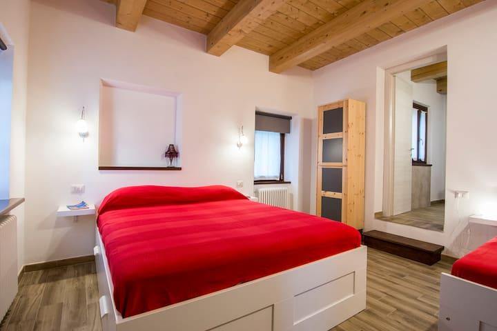 Camera con letto matrimoniale, letto singolo e bagno privato - Camera Eufrasia