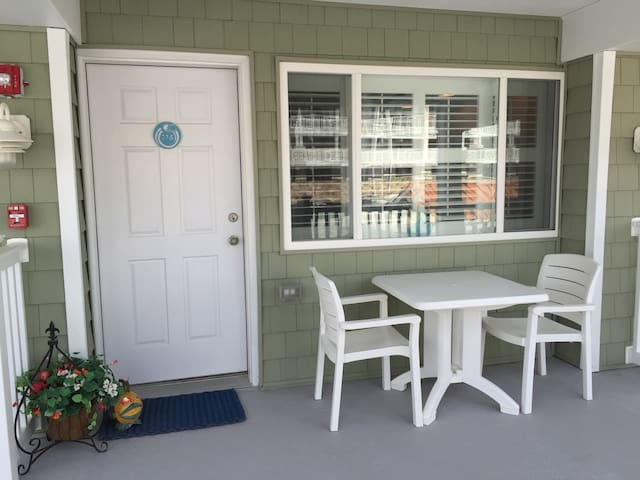 Avalon Condo, 1 Block from the Ocean and a Pool! - Avalon