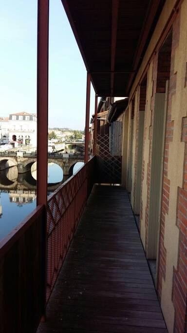 Grand balcon filant surplombant la rivière